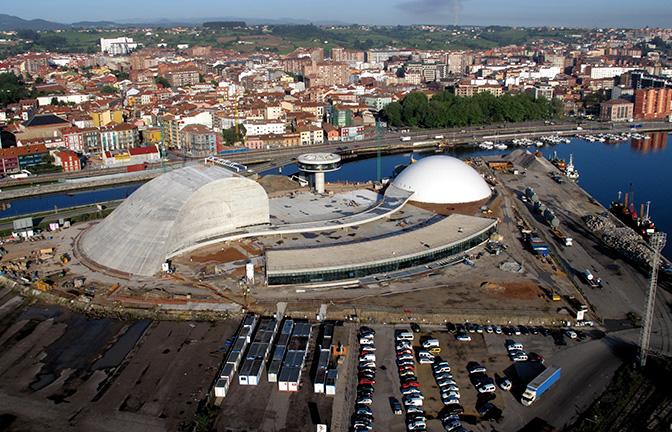 Niemeyer con la ría de Avilés al fondo