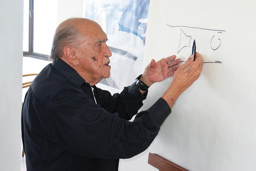 Oscar Niemeyer con los planos del Centro Niemeyer Avilés
